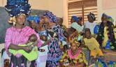 Weitere Frauen während des Treffens. Drei der Decken, die die Frau auf dem Kopf hat, kaufe ich (GW).