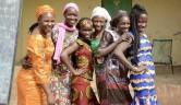 Fünf der ersten 6 Mädchen, die im Oktober 2004 ins Mädchenzentrum aufgenommen wurden im Februar 2017: drei studieren ( IT, Journalistik und Pädagogik), eine ist Krankenschwester, eine Schneiderin. Links Mariam Sidibé, die langjährige Leiterin des Zentrums.