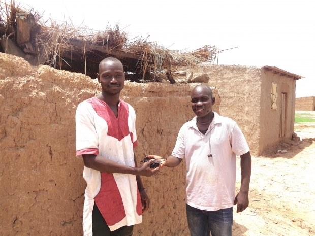 Remise de telephone au facilitateur du village Noumoubougou (Djibi) Kopie