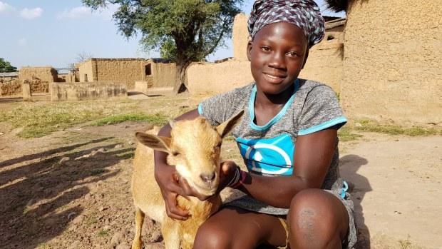 Maii liebt ihre Ziege